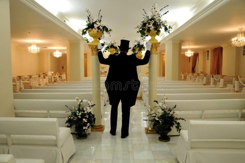 Bruidegom in huwelijkskapel stock afbeeldingen