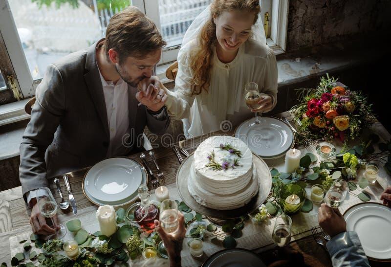 Bruidegom Kissing Bride Hand op Huwelijksontvangst stock fotografie