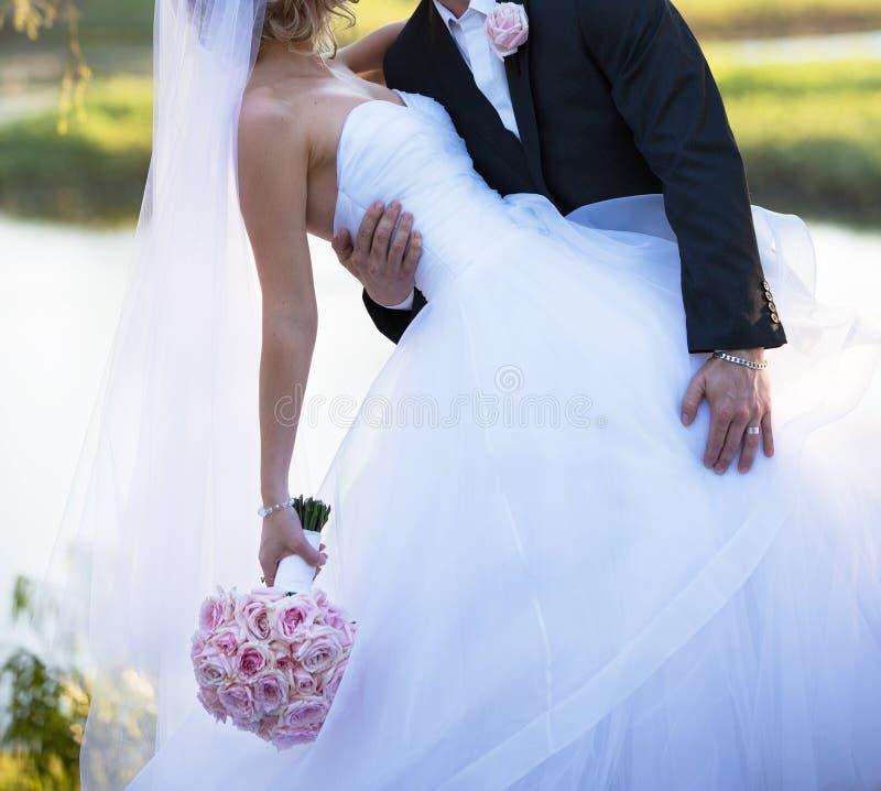Bruidegom Leans Into Bride voor Kus royalty-vrije stock afbeelding