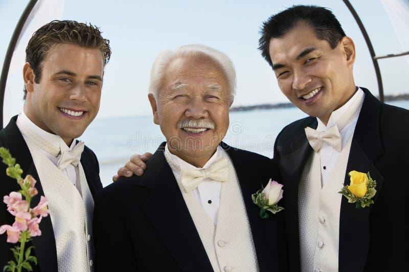 Bruidegom met vader en getuige in openlucht (portret) stock afbeeldingen
