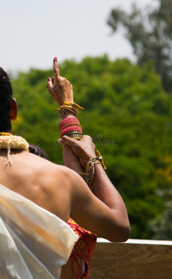 Bruidegom Showing Arundhati Nakshatra aan Bruid in Hindoes Kannadiga-Huwelijksritueel stock fotografie