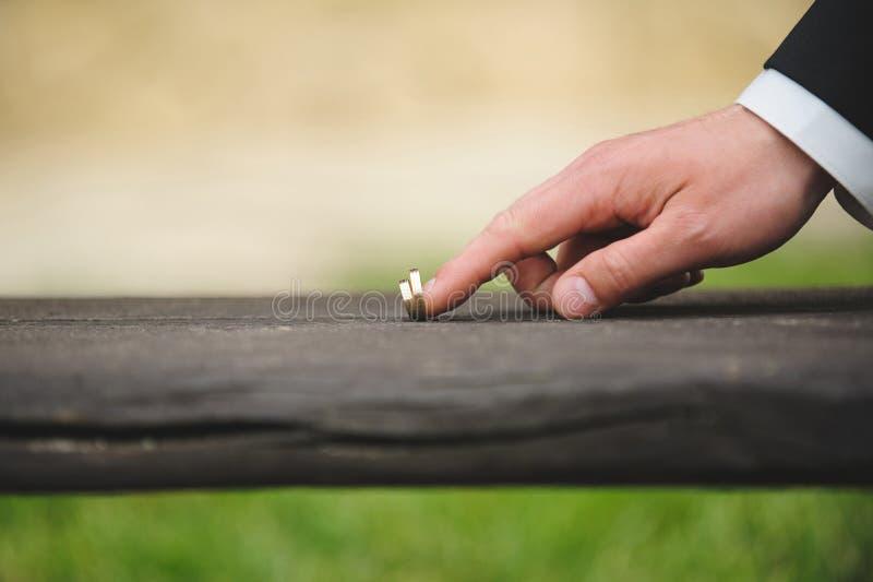 Bruidegom Touching Rings stock fotografie