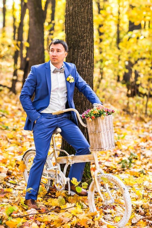 Bruidegomportret op een de herfstpark bij een huwelijksdag royalty-vrije stock foto