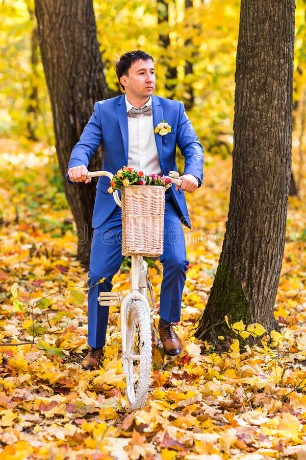 Bruidegomportret op een de herfstpark bij een huwelijksdag stock foto