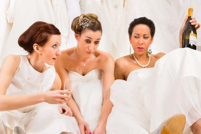 Bruiden die teveel in huwelijkswinkel drinken royalty-vrije stock afbeelding