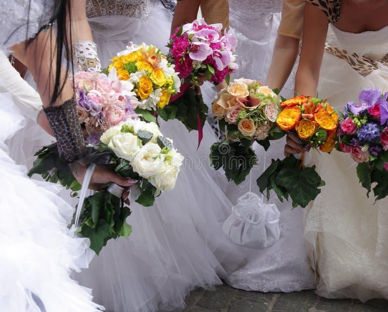 Bruiden met huwelijksboeketten royalty-vrije stock foto