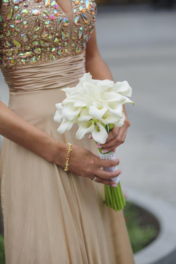 Bruidgreep haar calla huwelijksboeket royalty-vrije stock afbeelding