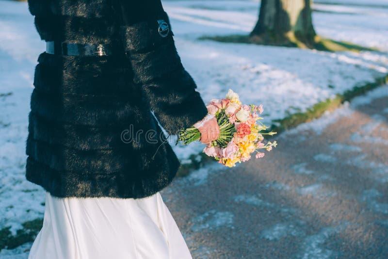 Bruidhanden die mooi huwelijksboeket houden stock foto's