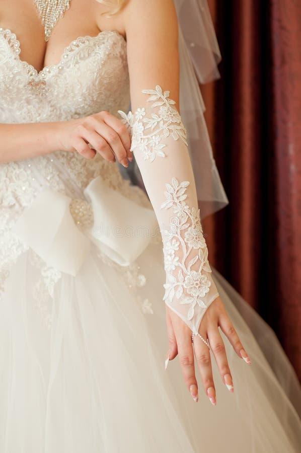 Bruidkleding op hun handen witte handschoenen royalty-vrije stock fotografie