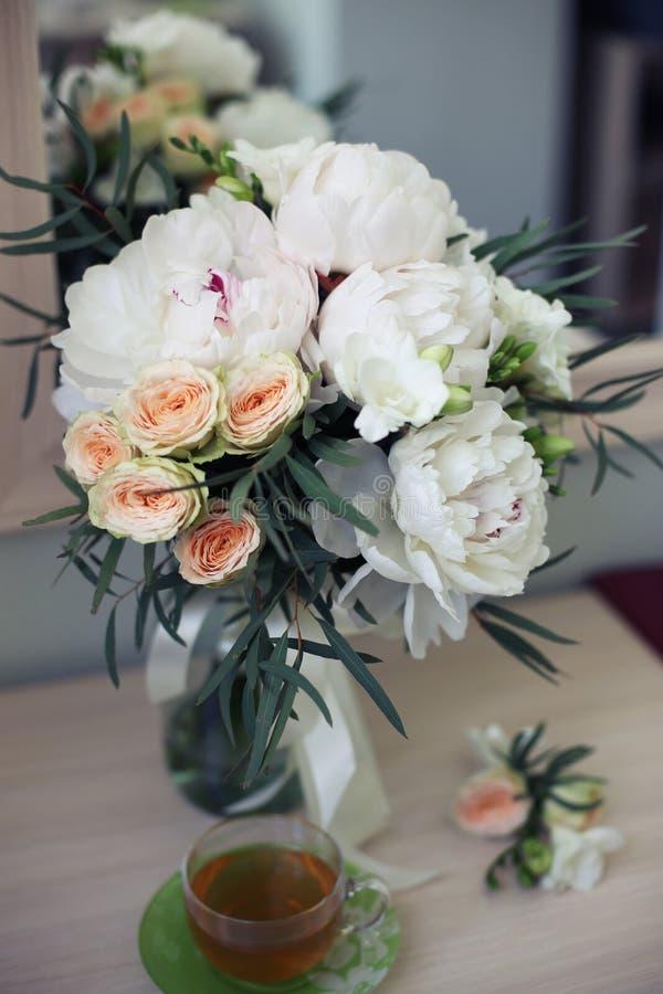 Bruids bloemen en theeochtend stock fotografie