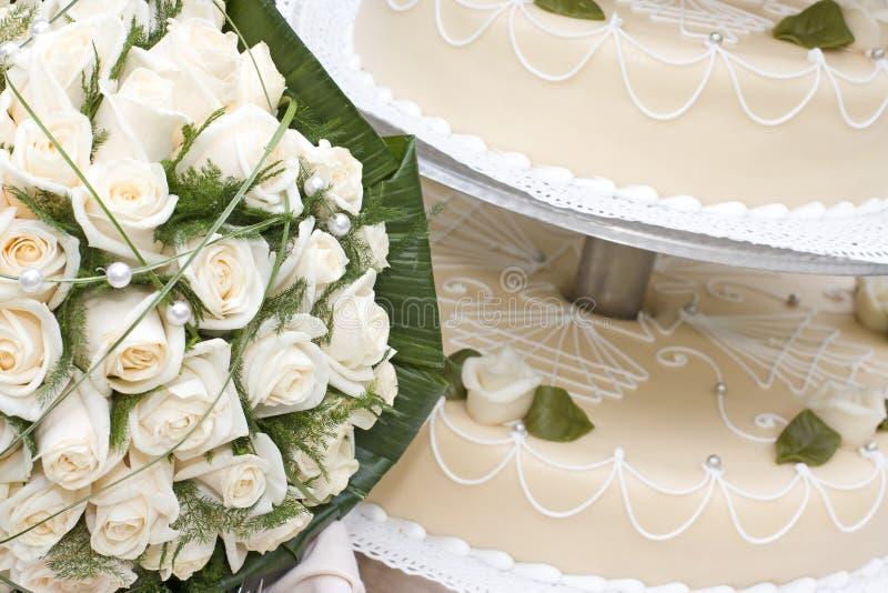 Bruids boeket en huwelijkscake royalty-vrije stock foto