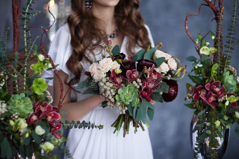 Bruids boeket in handen stock afbeelding