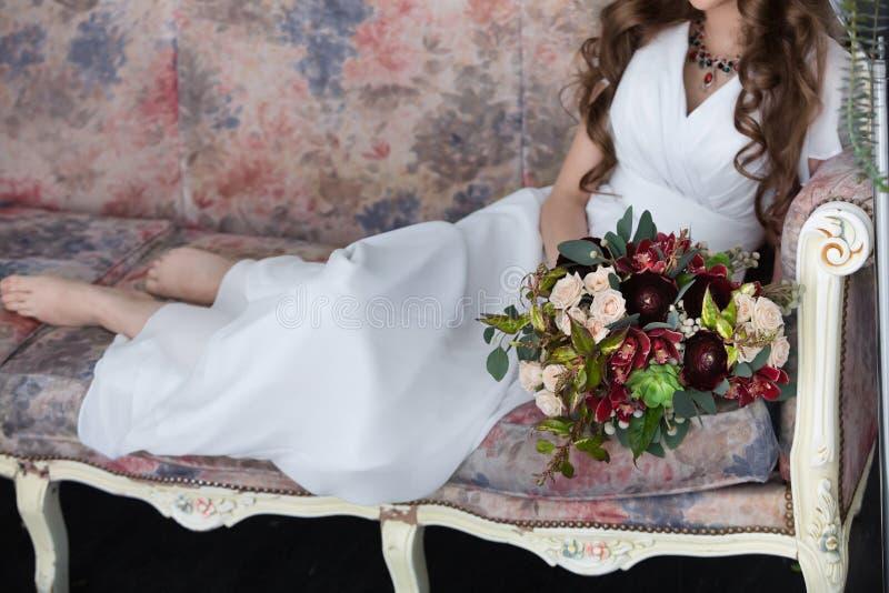 Bruids boeket in handen royalty-vrije stock afbeeldingen