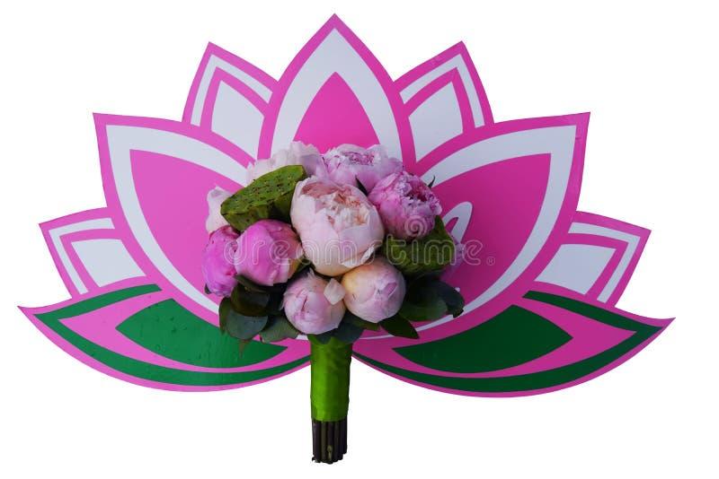 Bruids boeket met lotuses en pioenen op lotusbloemembleem stock afbeeldingen