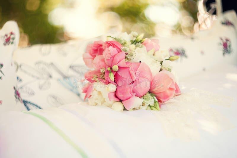 Bruids boeket van roze pioenen royalty-vrije stock foto's