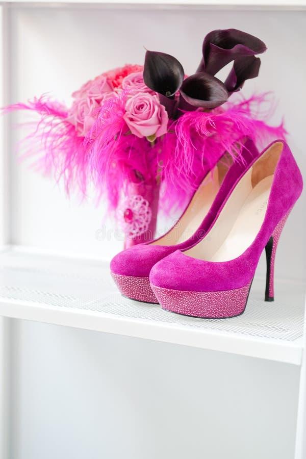 Bruids boeket van rozen en roze schoenen royalty-vrije stock foto