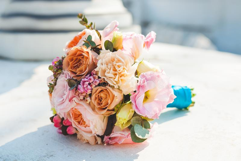 Bruids boeket van rozen, eustome, pioenrozen royalty-vrije stock afbeeldingen
