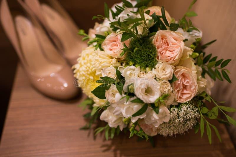 Bruids boeket in zachte tonen Kousebanden en kousen Bruid in witte kleding Huwelijksfoto royalty-vrije stock afbeelding