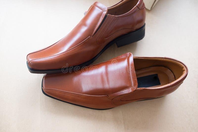 Bruids bruine schoenen voor bruidegom stock foto
