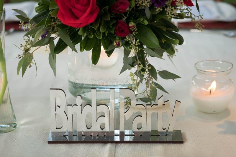 Bruids de spiegelteken van het partijchroom bij belangrijkste van het luxehuwelijk decoratie met natuurlijke bloemen en rozen stock fotografie
