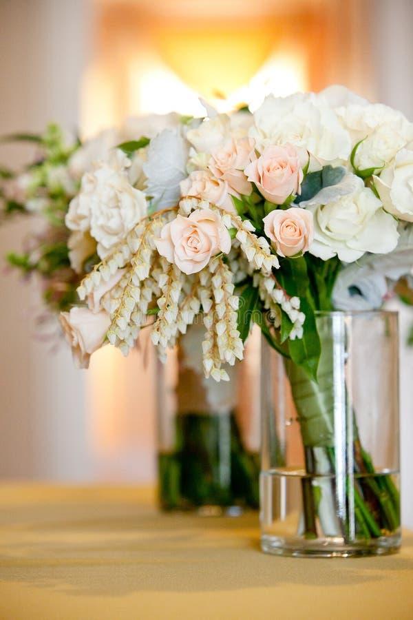 Bruids huwelijksboeket in een glaskruik vóór de huwelijksceremonie, Witte en roze bloemen stock afbeelding