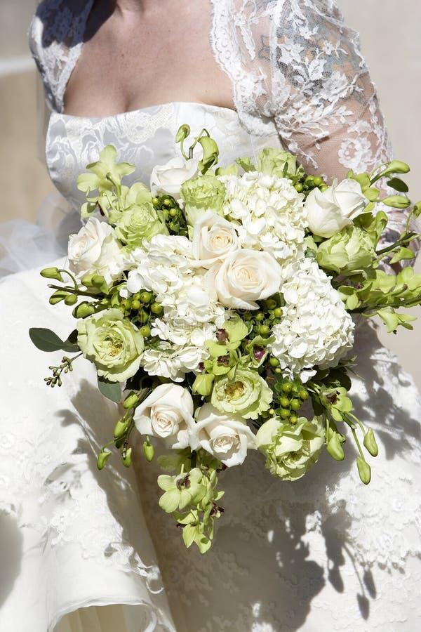 Bruids huwelijksboeket van bloemen stock foto's