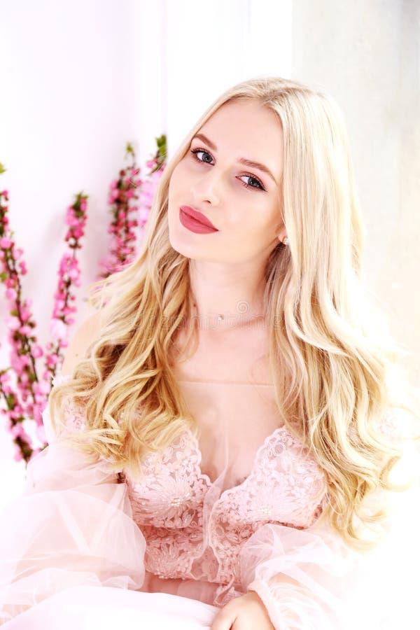 Bruids make-upconcept Schitterende jonge vrouw met lang blondehaar royalty-vrije stock fotografie