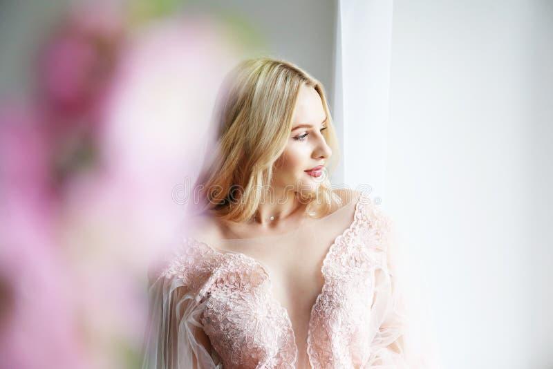Bruids make-upconcept Schitterende jonge vrouw met lang blondehaar stock afbeelding