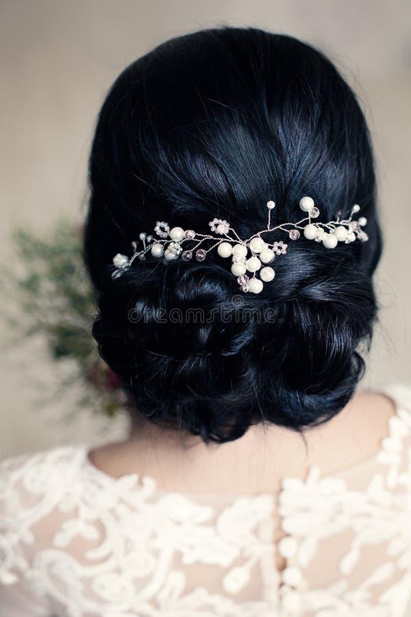 Bruids of Prom-Kapsel met Witte Parels Hairdeco stock fotografie