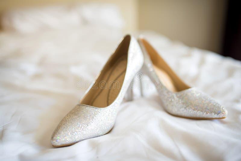 Bruids schoenen op het bed stock fotografie