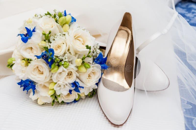Bruids schoenen, sluier en huwelijksboeket stock afbeeldingen