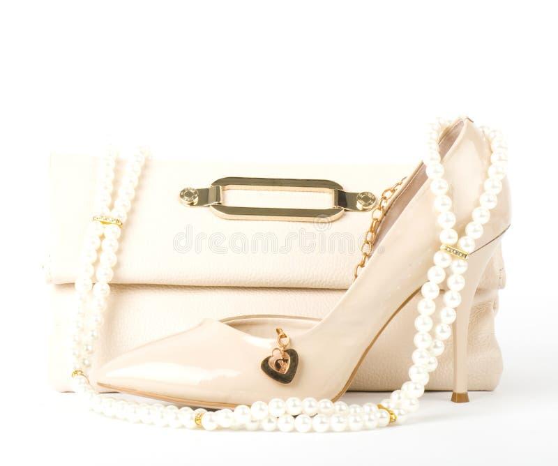 Bruids schoenen, zak en parels stock afbeelding
