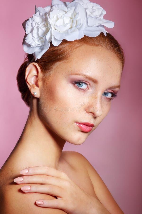 Bruids schoonheid De mooie jonge vrouw met beroeps maakt omhoog Het portret van de bruid op een roze achtergrond stock afbeelding