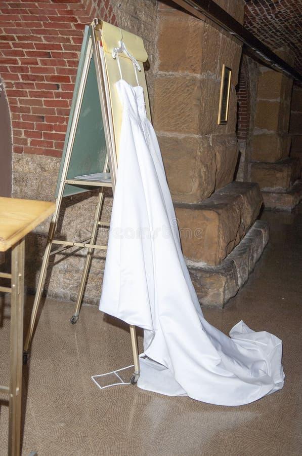 Bruids toga vóór huwelijksceremonie stock fotografie