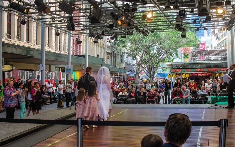 Bruids toon bij Koningin Street Mall in Brisbane Australië met publiek, fotograaf en ceremoniemeestercirca September 2015 stock foto's