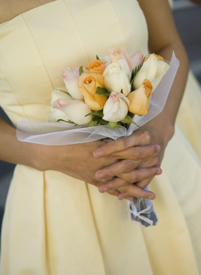 Bruidsmeisje met geel boeket stock afbeeldingen