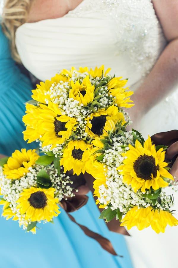 Bruidsmeisjes die bloemen houden royalty-vrije stock afbeelding