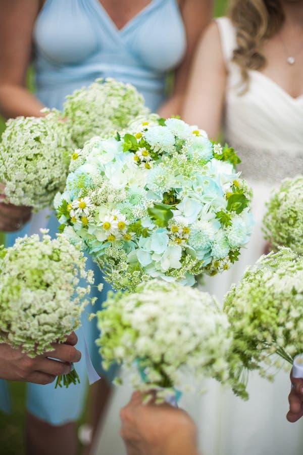 Bruidsmeisjes die bloemen houden royalty-vrije stock afbeeldingen