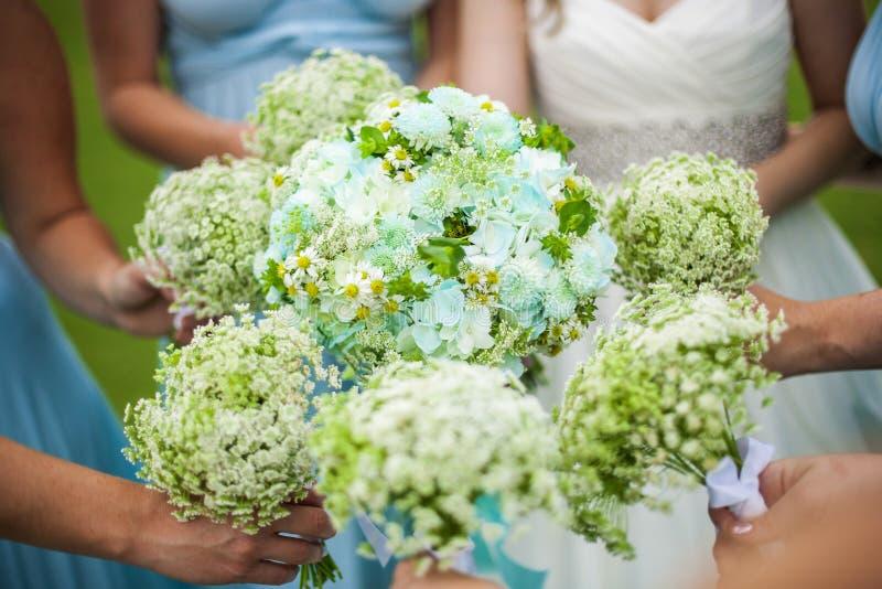Bruidsmeisjes die bloemen houden royalty-vrije stock foto's