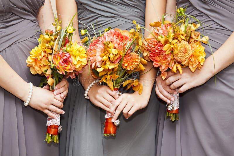 Bruidsmeisjes met boeketten stock afbeelding