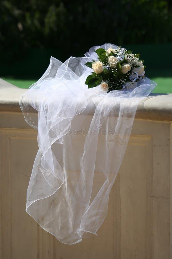 Bruidssluier en boeket stock foto