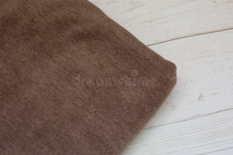 Bruin brei stof op een witte achtergrond stock fotografie