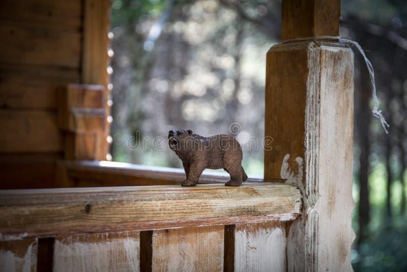 Bruin draag lopend in bos Mini dragen cijfer (of stuk speelgoed beer) bij het park stock afbeelding