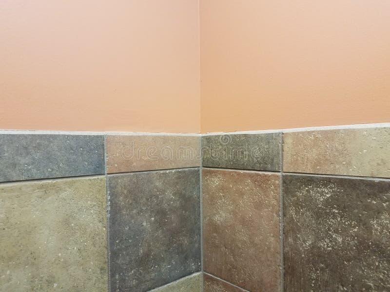Bruin en en grijze tegels en perzikmuur in badkamershoek royalty-vrije stock afbeelding