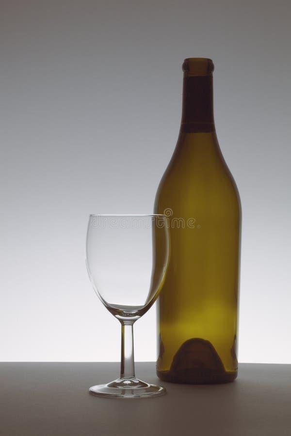 Bruin fles en glas royalty-vrije stock afbeeldingen