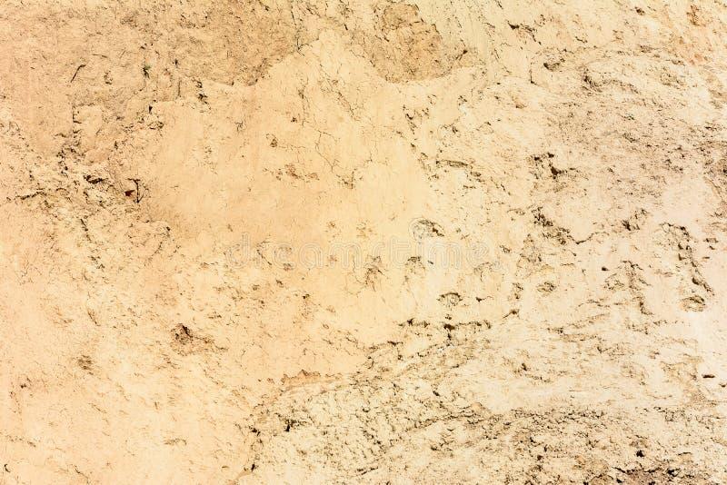 Bruin-gele die textuur met barsten, op de kust van de Zwarte Zee wordt gemaakt stock fotografie
