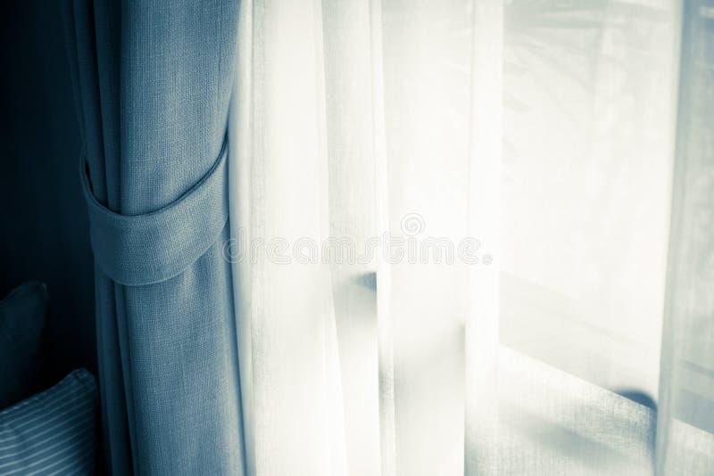 Bruin Gordijn met Mooi Zonlicht en Schaduw stock foto's