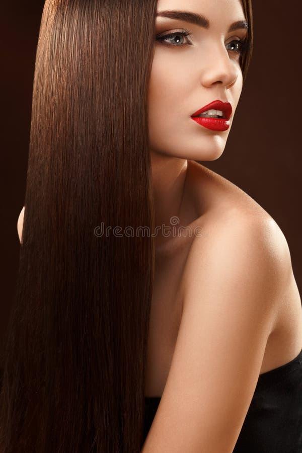 Bruin Haar. Portret van Mooie Vrouw met Lang Haar. Hoge qua stock foto's