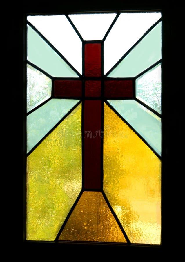 Bruin Kruis in Gebrandschilderd glas stock foto's