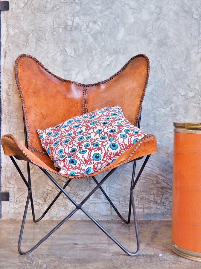 Bruin Leerleunstoel en Hoofdkussen, uitstekende stijl royalty-vrije stock foto